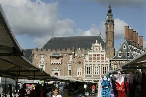 Zwaar bewapende agenten bij stadhuis Haarlem
