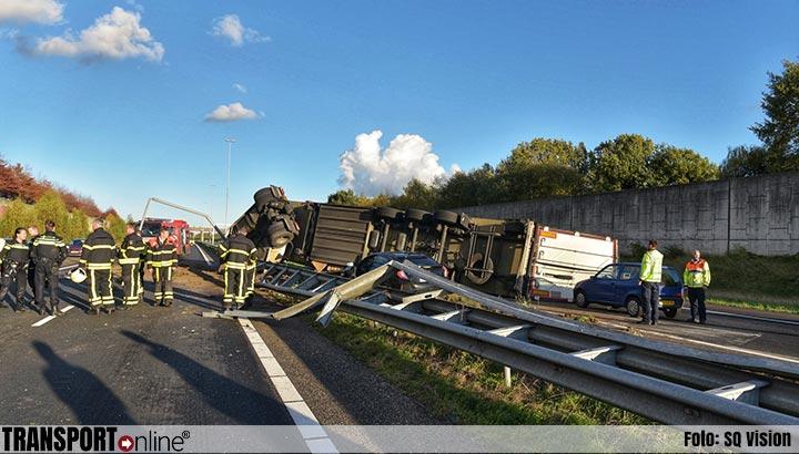 Vrachtwagen door middenberm en gekanteld op A58[+foto's]