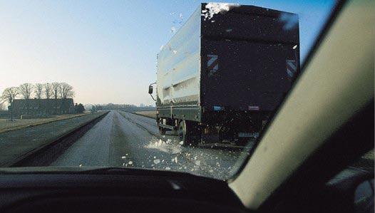 Twee auto's beschadigd na vallend ijs van vrachtwagen [+foto]