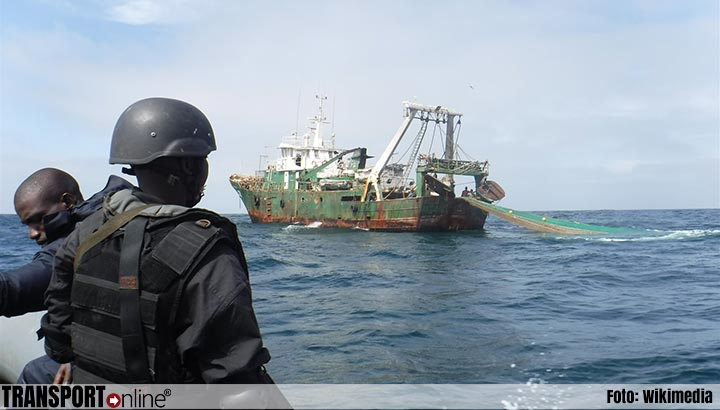 Tientallen migranten met behulp van traangas van vrachtschip gehaald
