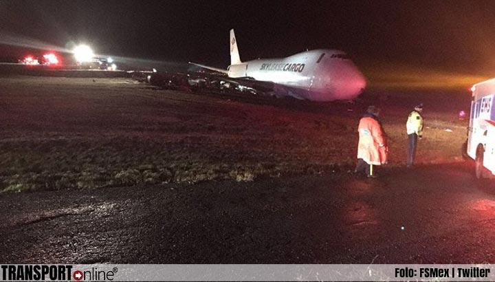 Vrachtvliegtuig tijdens landing van de landingsbaan gegleden [+foto's]