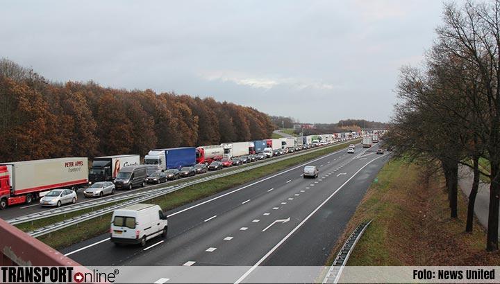 Defecte vrachtwagen zorgt voor meer dan een uur vertraging op de A1 [+foto]