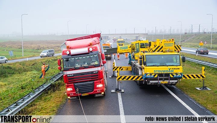 Vrachtwagenchauffeur vast in de berm nadat hij hard moet remmen voor ongeval [+foto]