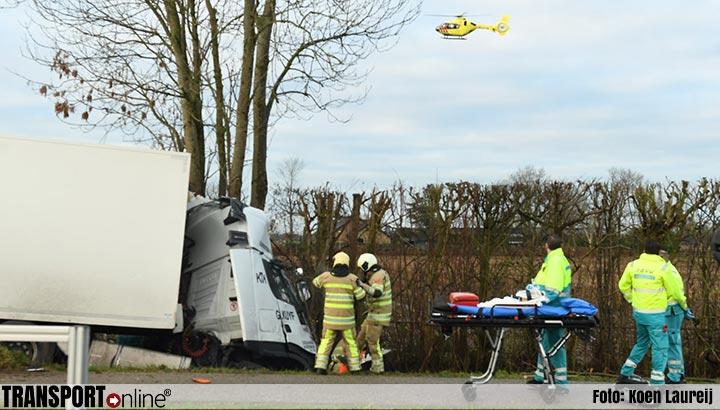 Vrachtwagenchauffeur bekneld na ongeval op N229 [+foto]