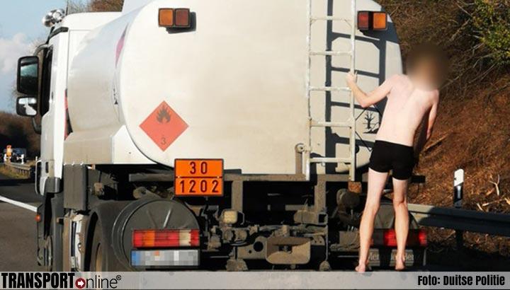 Verwarde man lift in onderbroek mee op tankwagen [+foto]