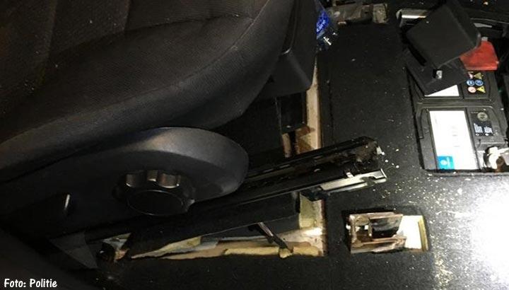 Politie vindt drugs en seksspeeltje met diamanten in verborgen ruimtes auto's