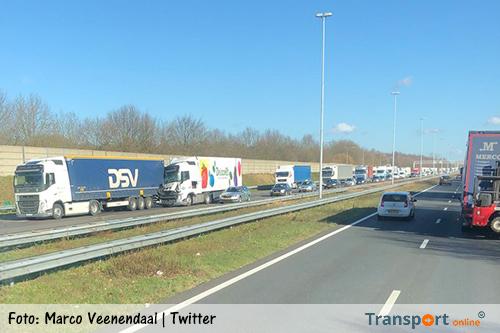 Aanrijding met twee vrachtwagens op A58 [+foto]