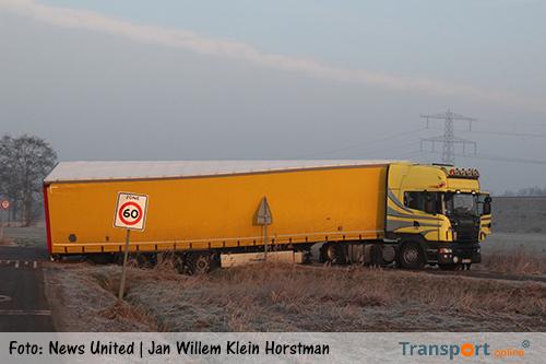 Vrachtwagen rijdt zich vast in slootje in Almelo [+foto]
