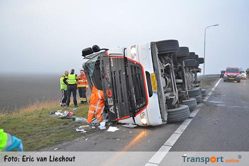 Vrachtwagen gekanteld op oprit A4 [+foto's]