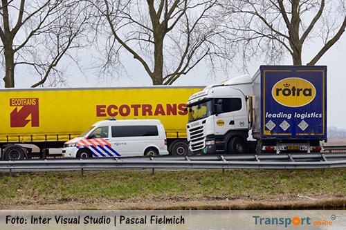 Twee vrachtwagens blokkeren verkeer op N246 [+foto's]
