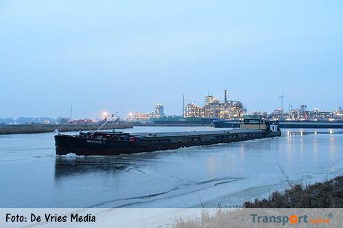 Pools vrachtschip vast in ijs bij chemiepark Delfzijl [+foto]