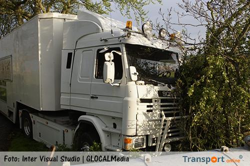 Vrachtwagenchauffeur naar huis na aanrijding met boom [+foto]