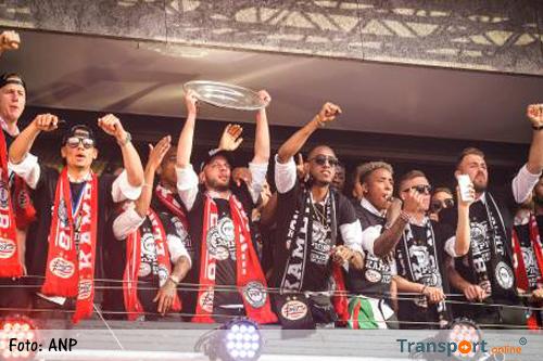 PSV showt kampioensschaal op Stadhuisplein