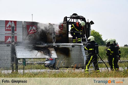 Lading op vrachtwagentrailer in brand gevlogen op A58 [+foto]