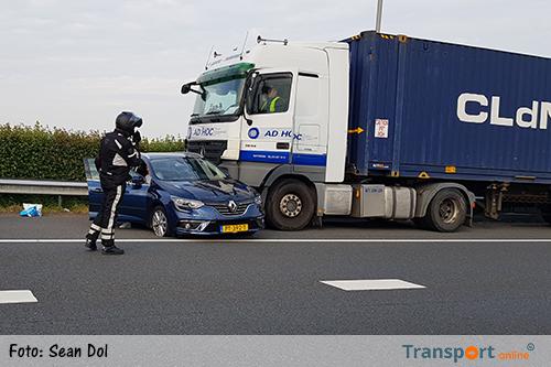 Aanrijding vrachtwagen en auto op A15 [+foto's]