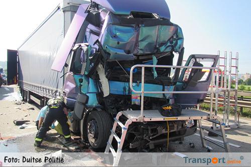 64-jarige vrachtwagenchauffeur zwaargewond na inrijden op file [+foto]