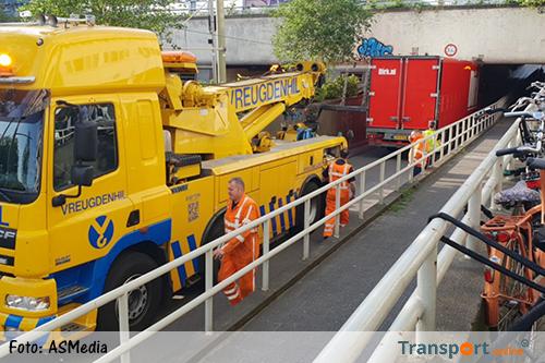 Vrachtwagen rijdt zich klem in Statentunnel Rotterdam [+foto]