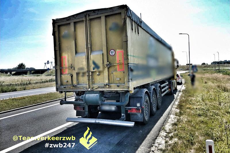 Vrachtwagenchauffeur rijdt achteruit over de N256 en kan rijbewijs inleveren