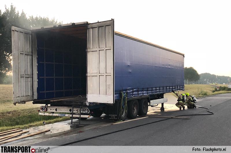 Ramen ingegooid en trailer in brand gestoken bij transportbedrijf in Vlaardingen [+foto's]