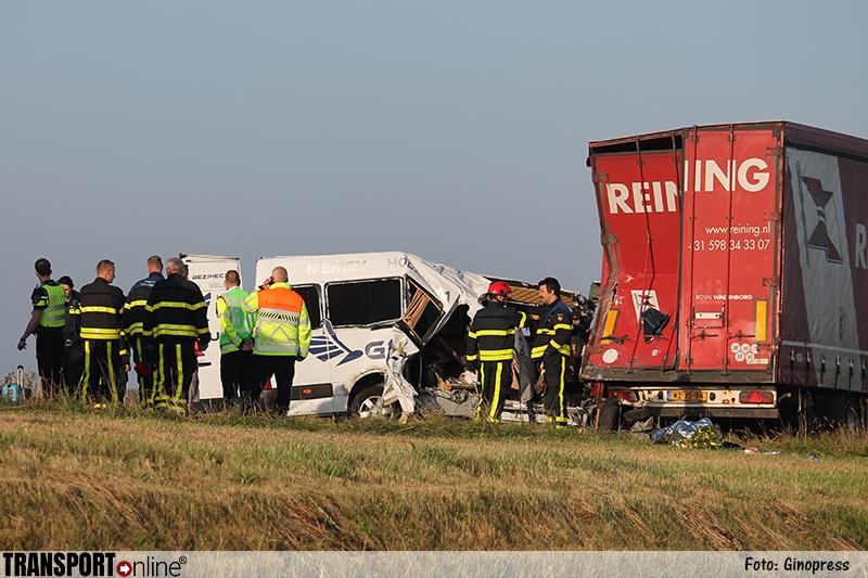 Negen gewonden nadat personenbusje op stilstaande vrachtwagen op vluchtstrook A4 botst [+foto]