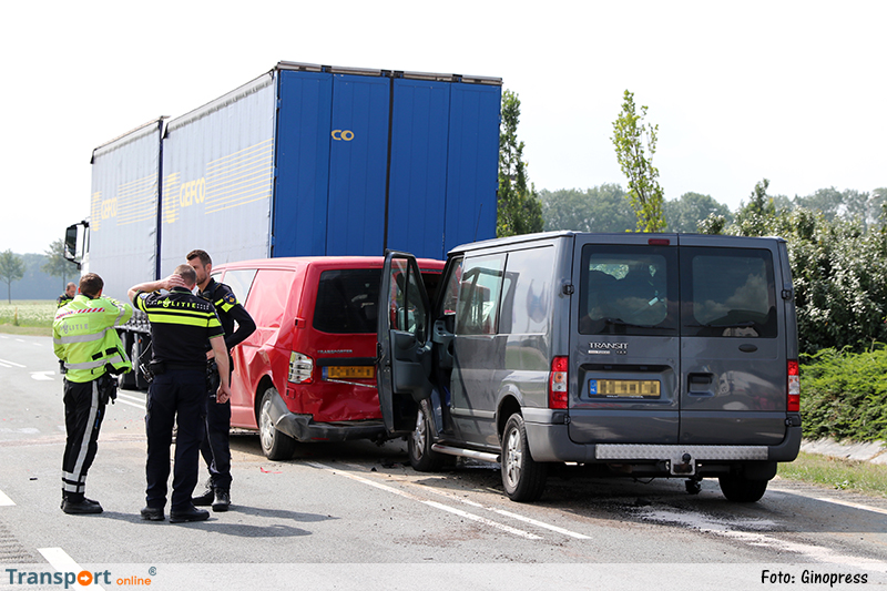 Twee gewonden na ongeval met bestelwagens en vrachtwagen [+foto]