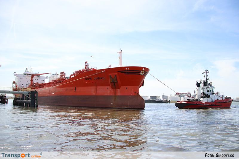 Tanker 'Bow Jubail' lekt olie in haven Rotterdam na aanvaring met steiger [+foto&video]