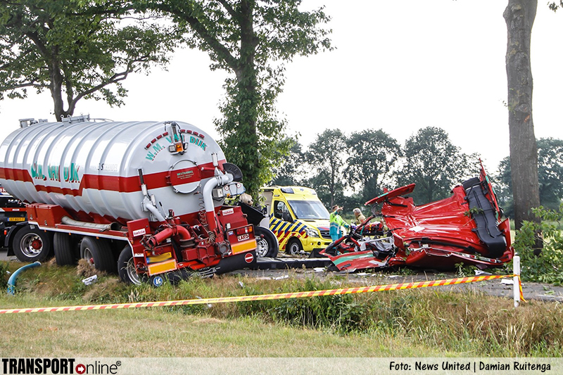 Vrachtwagenchauffeur zwaargewond na aanrijding tegen boom [+foto]