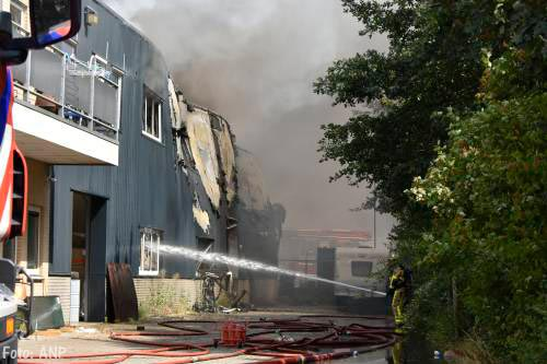 Huizen in Nunspeet ontruimd om verbrande accu's bij Stella Fietsen [+video]