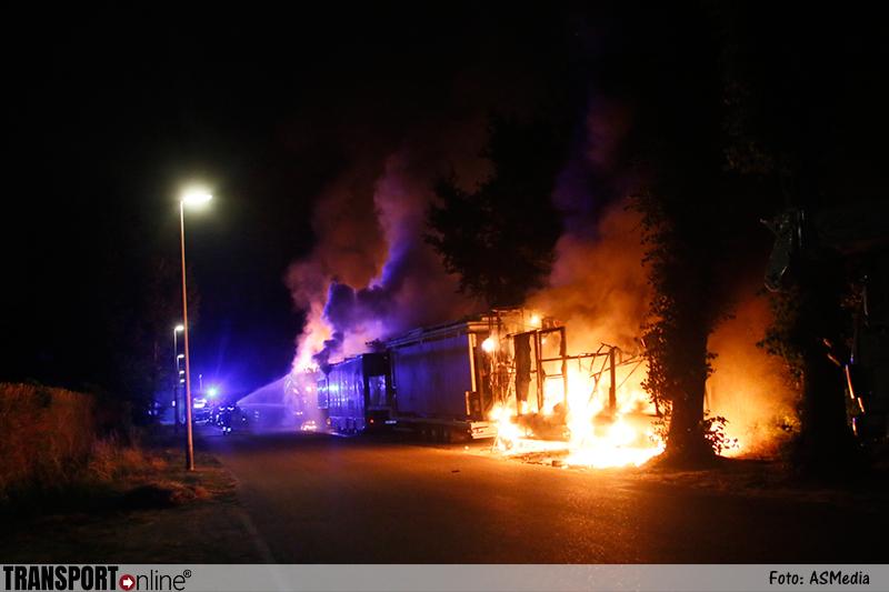 Vier vrachtwagens kermisexploitant door brand verwoest [+foto&video]
