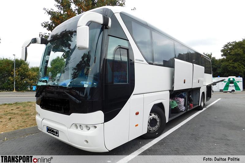 Gevaarlijke Oost-Europese touringcar bus van de weg gehaald [+foto's]