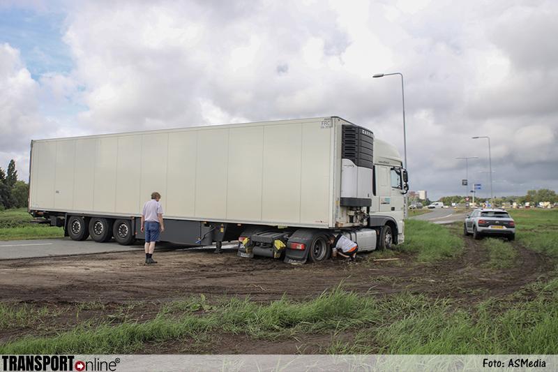 Vrachtwagenchauffeur mist afslag en zit nu muurvast [+foto]