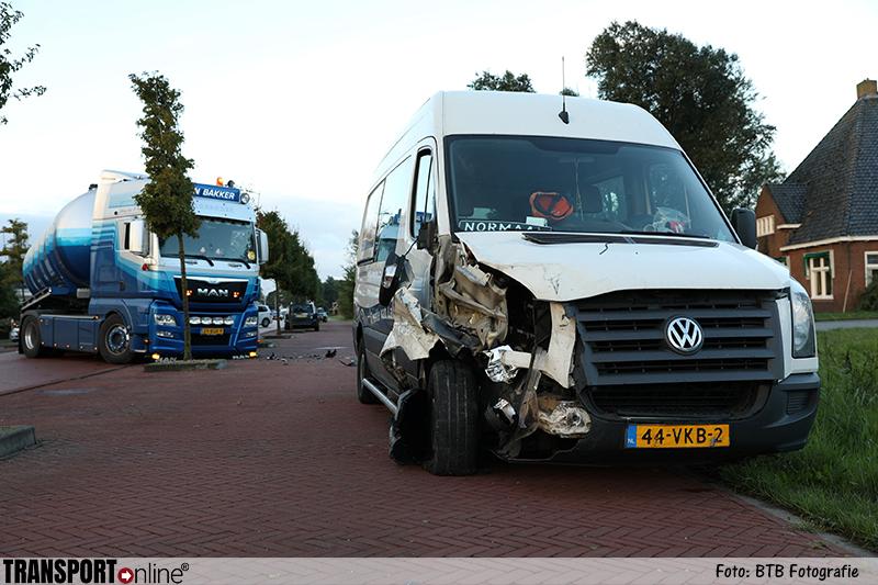 Vrachtwagen en bestelbus botsen in Dearsum [+foto]
