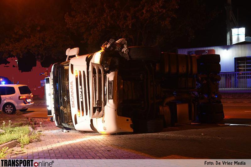 Vrachtwagen trekker gekanteld in Emmen [+foto]