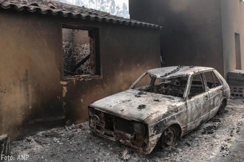 Gemaskerde jongeren steken tientallen auto's in brand in Zweedse steden [+foto's]