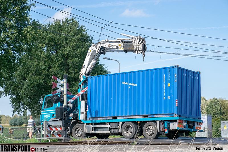 Vrachtwagen beschadigt met kraan bovenleiding spoor Berkel Enschot [+foto]