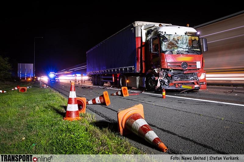 Vrachtwagen botst op botsabsorber op A28