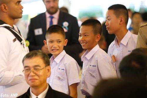 Uit grot gered Thais jeugdvoetbalteam naar het buitenland