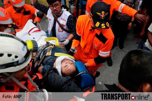 Vrouw na twee dagen na tsunami uit puin hotel gered