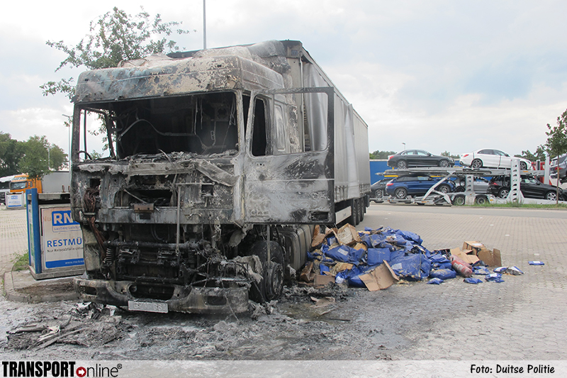 Vrachtwagen gaat in vlammen op na technisch mankement [+foto]