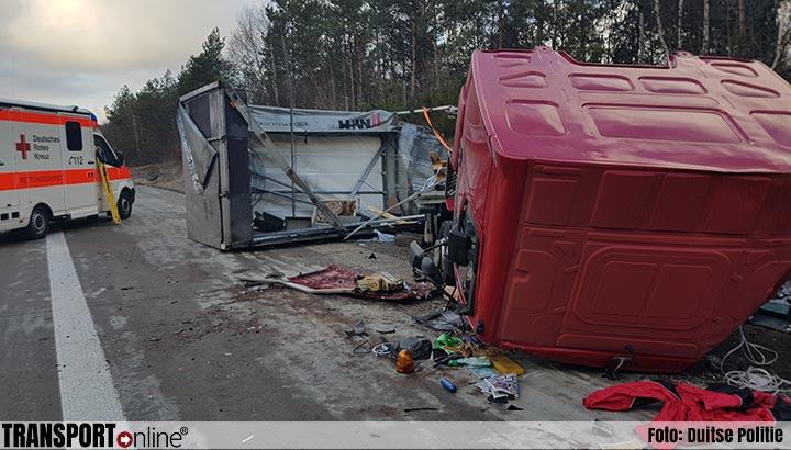 Vrachtwagenchauffeur zwaargewond na mislukte rijstrookwissel van auto [+foto's]