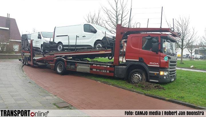 Autotransporter rijdt zich vast in Leeuwarden [+foto]