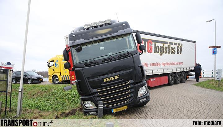 Vrachtwagenchauffeur rijdt zich vast in Warmond [+foto]