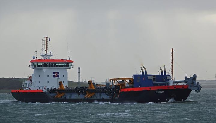 Eerste Nederlandse sleephopperzuiger op LNG baggert in Rotterdamse haven