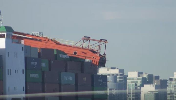 Containerkraan valt op containerschip MV Ever Summit in haven van Vancouver [+video]