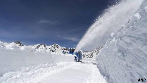 Steeds meer plaatsen in Oostenrijk afgesneden door zware sneeuwval