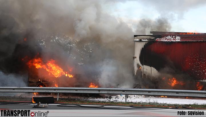 Vrachtwagenchauffeur omgekomen bij zwaar ongeval op A50 [+foto]