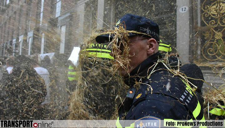 Boeren in Groningen belagen politieagenten met stro [+foto]