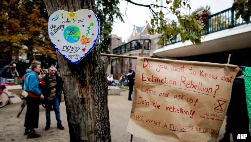 Klimaatactivisten blokkeren Blauwbrug in Amsterdam