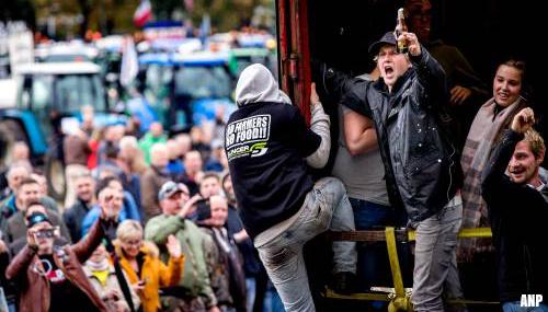 Boeren blokkeren trams en steken vuurwerk af in Den Haag [+video]