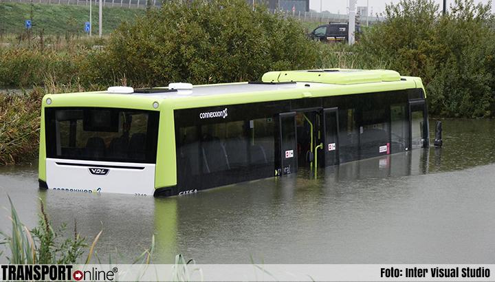 Bus te water in Zwaag [+foto's]